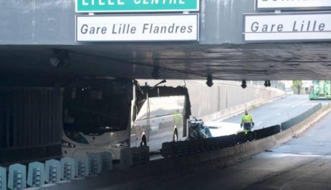 Imagini uluitoare. Un autocar prea înalt a intrat cu viteză într-un tunel - trei-1437979966.jpg