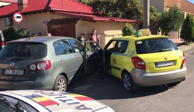 Foto: Galerie foto. Accident rutier la Constanţa! Două maşini implicate, dintre care un taxi