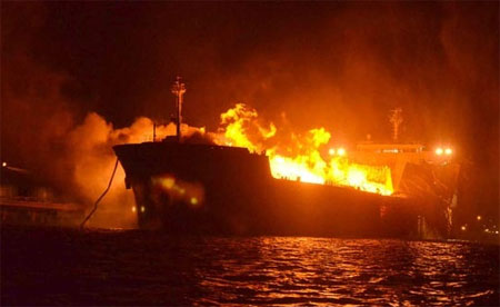 Foto: INCENDIU DEVASTATOR! CLIPE TERIBILE PENTRU TREI MARINARI