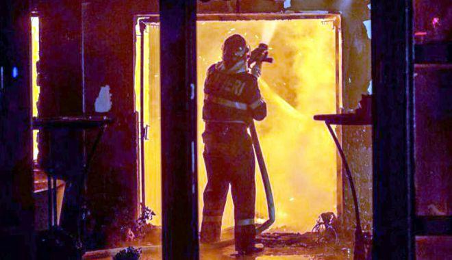 Foto: Trei tineri au ajuns după gratii din cauza unui incendiu provocat