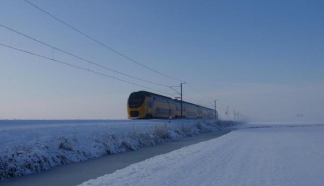 Pe magistrala București - Constanța trenurile încă circulă tractate cu locomotive Diesel - tren-1391068580.jpg