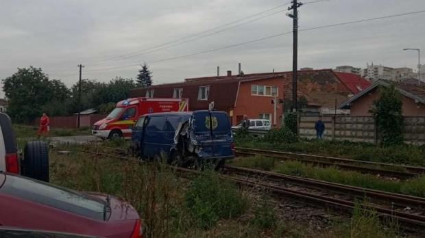 Foto: Maşină lovită de tren, după ce un şofer a depăşit coloana staţionată la o trecere cu calea ferată