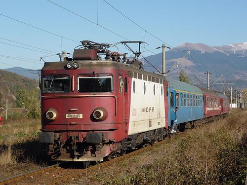 Foto: ALERTĂ CU BOMBĂ! Un individ a amenințat că aruncă în aer trenul