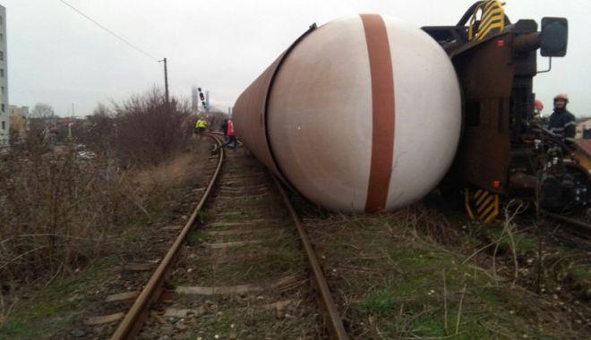 Foto: Tren deraiat pe podul  ce traversează bulevardul Brătianu