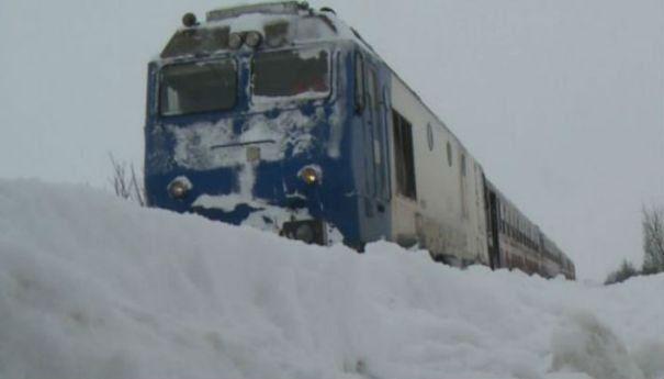 Foto: Trenurile circulă în condiţii de iarnă. CURSE ANULATE!