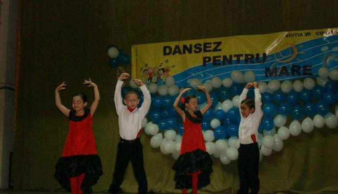 """Foto: Trofeul Festivalului """"Dansez pentru mare"""" a ajuns la Năvodari"""