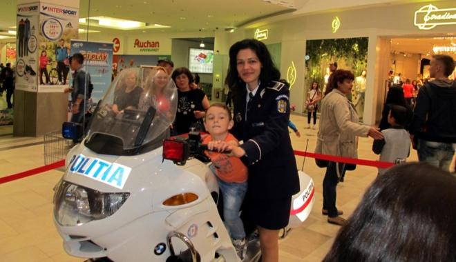 """Foto: Trofeul """"Micul Poliţist"""" a ajuns la elevii constănţeni"""
