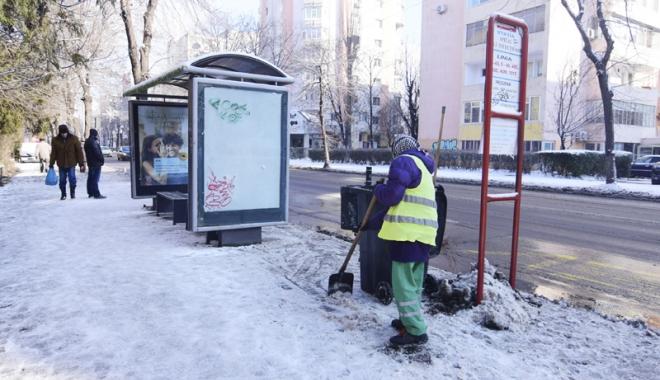 Foto: Constănţenii, obligaţi să cureţe trotuarele de gheaţă şi ţurţuri