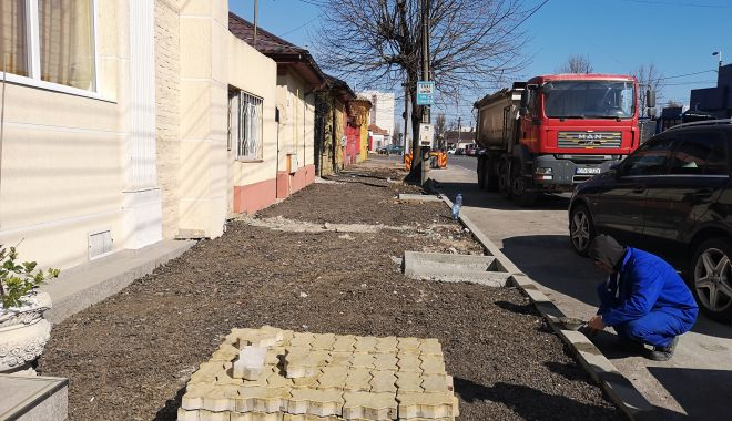 Foto: Trotuare şi borduri noi pe strada Oborului