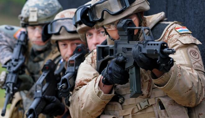 Foto: CSAT a decis să trimită mai mulţi militari anul viitor în teatrele de operaţii