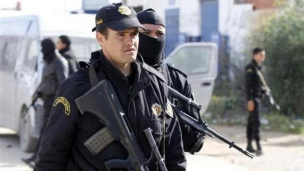 Foto: Bărbat înarmat, care a încercat să intre în Parlament, arestat