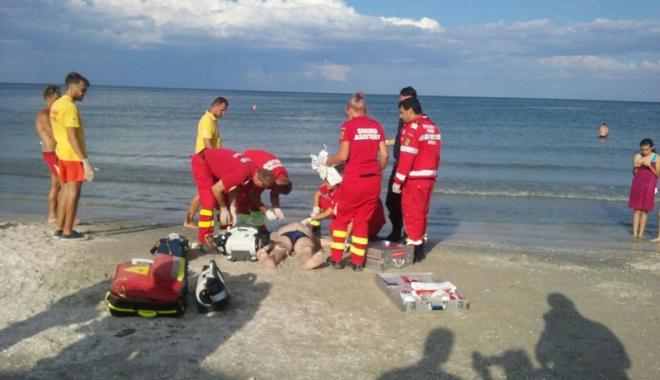 Foto: Turist înecat la Costineşti, transportat cu elicopterul la spital