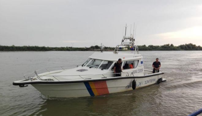 Turişti români, răsturnaţi cu ambarcaţiunea, salvaţi de poliţiştii de frontieră - turistirasturnati-1531660168.jpg