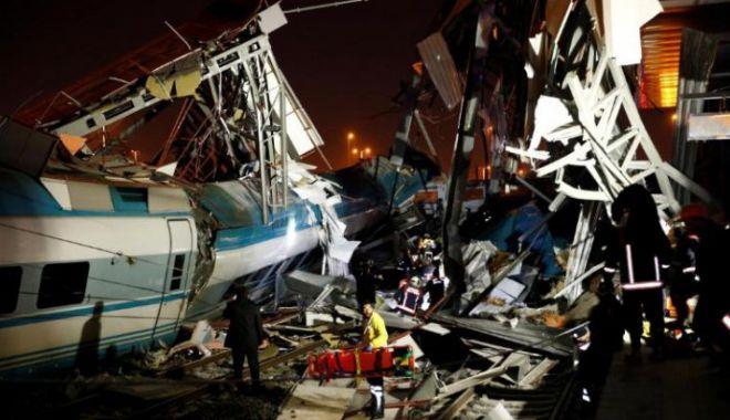 Foto: IMAGINI CUTREMURĂTOARE! Tragedie de proporţii în Turcia. Un tren de mare viteză s-a ciocnit cu un tren local. 7 morţi