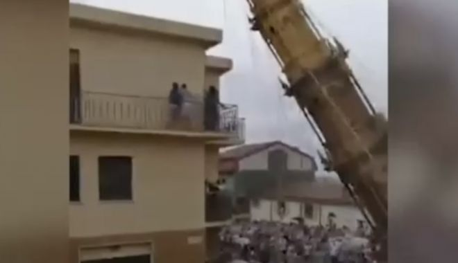 Foto: La un pas de tragedie! Turn de 25 de metri, prăbușit la o ceremonie dedicată Fecioarei Maria în Italia