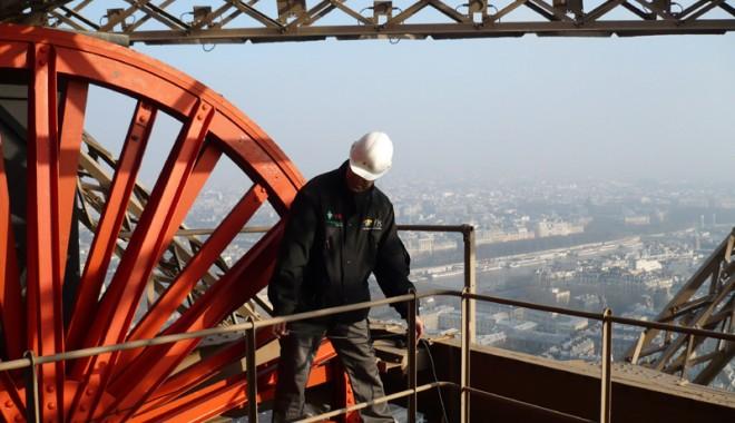 Un lift al Turnului Eiffel a căzut în gol - turneiffellift-1333742205.jpg