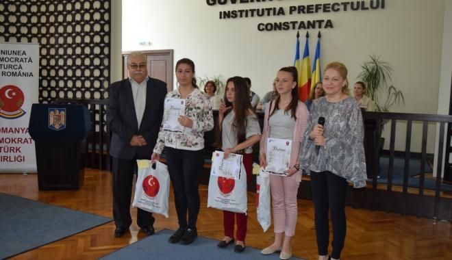 Foto: Elevii care studiază limba turcă, premiaţi de UDTR şi ISJ