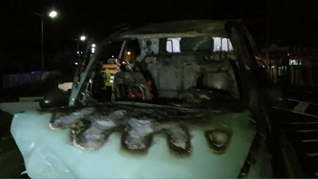 Foto: DRUMUL SPRE MARE, TRANSFORMAT ÎN TRAGEDIE! COPIL DE PATRU ANI MORT, IAR FAMILIA SA GRAV RĂNITĂ. Maşina, izbită într-un cap de pod şi cuprinsă de flăcări!