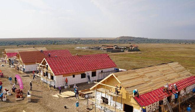 Foto: Un acoperiş deasupra capului  pentru opt familii sărmane, din Cumpăna