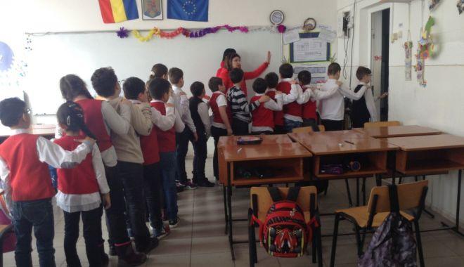 """Foto: La Şcoala """"Lucian Grigorescu"""", elevii şi profesorii au exersat ce să facă în caz de cutremur"""