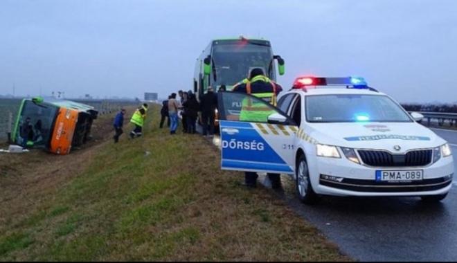 Foto: Autocar cu români răsturnat în Ungaria. Şoferul ar fi adormit la volan