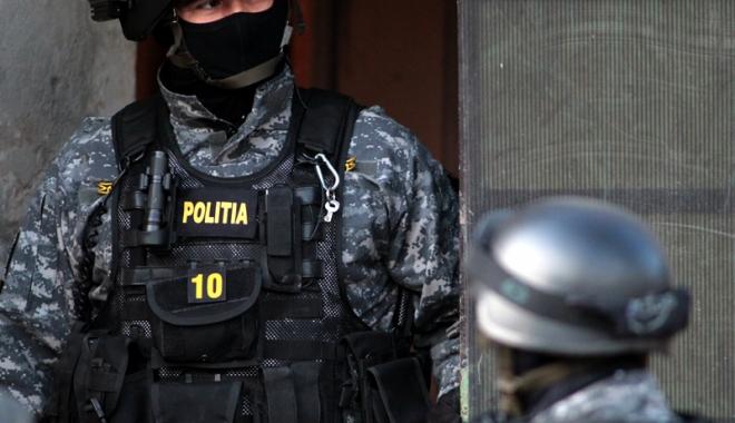 Foto: Un bărbat din Murfatlar a fost trezit de mascaţi. E acuzat de contrabandă