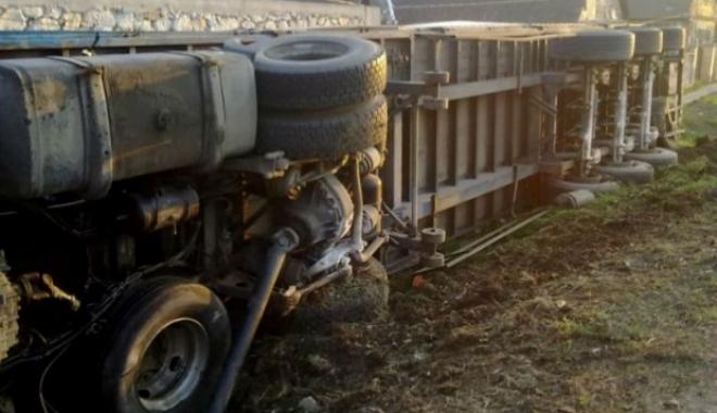 Foto: Camion încărcat cu azotat de amoniu, răsturnat