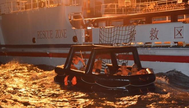 Foto: Un cargou s-a scufundat, dar echipajul a fost salvat