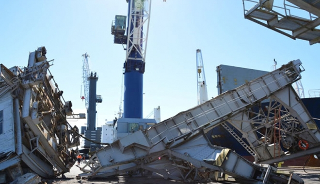Foto: Un cargou  a dărâmat o macara turn, la acostare
