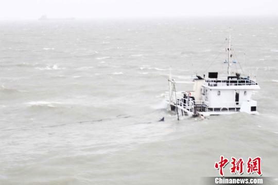 Foto: Un cargou chinez s-a scufundat, fiind surprins de taifun