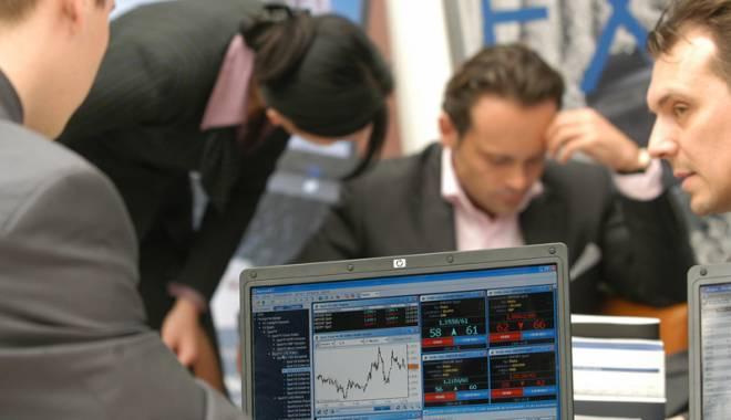 Foto: Undă de şoc pe piaţa financiară: bursa s-a prăbuşit, leul se depreciază