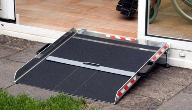 Foto: Unde poţi reclama lipsa rampelor de acces pentru persoanele cu handicap