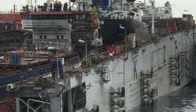 Foto: Un doc plutitor cu două nave pe el s-a rupt în două