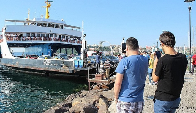 Foto: Un ferry-boat a lovit digul la Canakkale