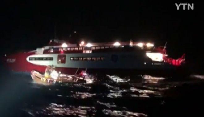 Foto: Un ferry-boat cu 403 de pasageri la bord s-a ciocnit cu un obiect neidentificat