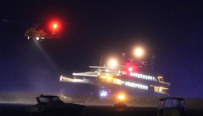 Foto: Un ferry-boat s-a lovit de cheu. Şase pasageri au fost răniţi