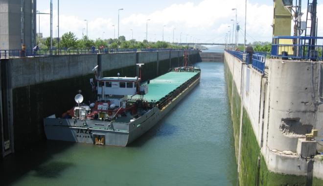 Foto: Un fluviu de cereale, pe Canalul Dunăre - Marea Neagră