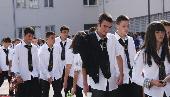 Unde sunt uniformele de altădată?  Cum mai merg îmbrăcați la școală elevii - uniforme3-1536337549.jpg