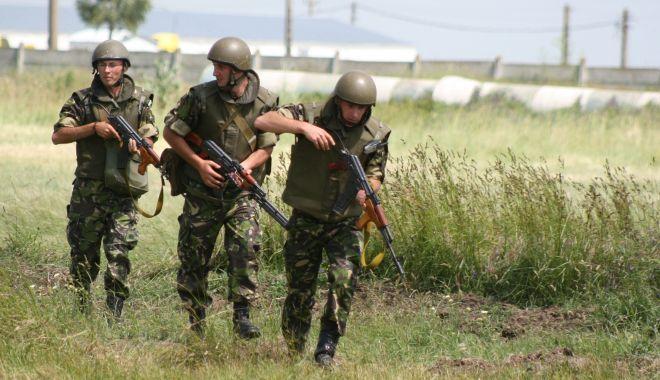 Foto: Unităţi militare în buricul târgului. Ce spuneţi despre relocarea lor?