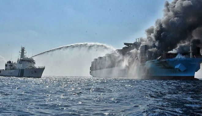 """Foto: Un român se numără printre marinarii salvați  din incendiul de pe nava """"Maersk Honam"""""""