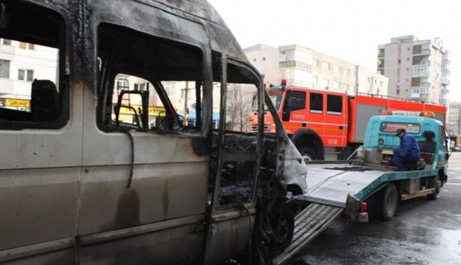 Foto: Un microbuz GMS  a luat foc pe bulevardul Tomis