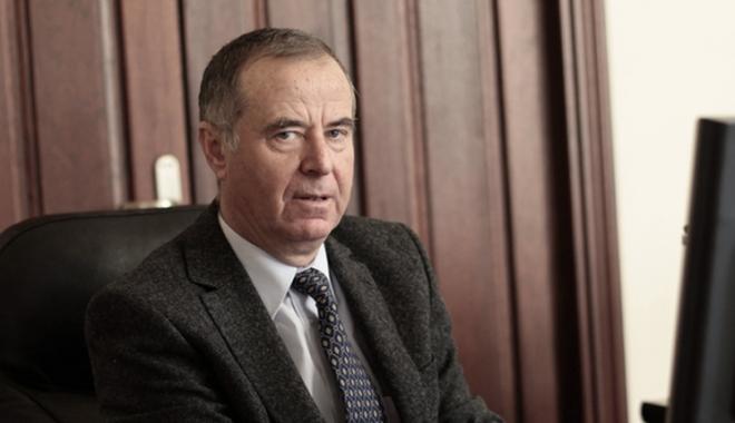 Foto: Un ministru al Educaţiei cam… prea pensionar