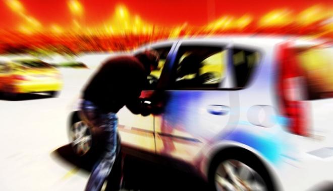 Foto: Un minor care a spart maşini  pe bandă rulantă, prins de jandarmi în Mamaia