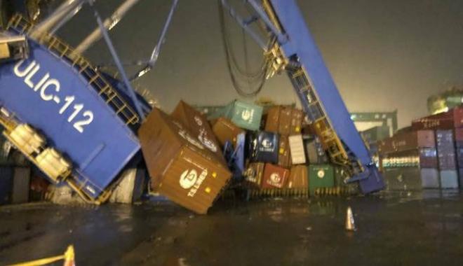 Foto: Un portcontainer a dărâmat o macara portal