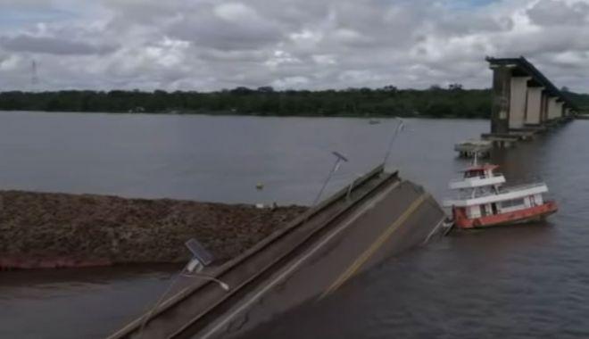 Foto: Un remorcher a provocat prăbușirea unui pod cu două mașini