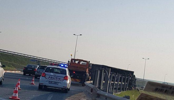 Un șofer beat  s-a răsturnat  cu autotrenul  în sensul giratoriu de la Agigea - unsofer-1524671365.jpg