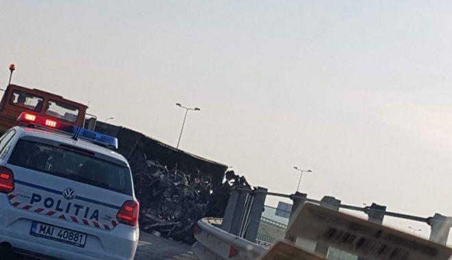 Foto: Un şofer beat  s-a răsturnat  cu autotrenul  în sensul giratoriu de la Agigea