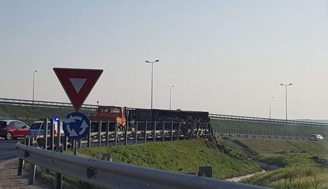 Un șofer beat  s-a răsturnat  cu autotrenul  în sensul giratoriu de la Agigea - unsofer2-1524671391.jpg