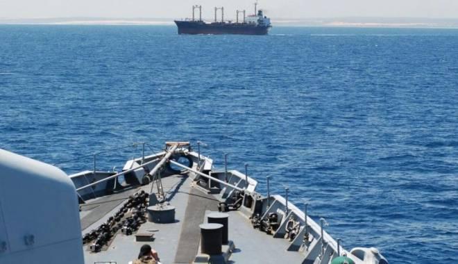 Foto: Un tanc petrolier a fost atacat de piraţi înarmaţi în Golful Aden