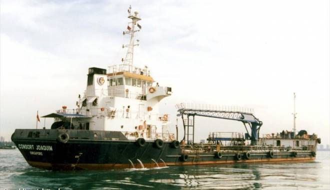 Foto: Un tanc petrolier a fost jefuit de piraţi, iar echipajul a fost bătut